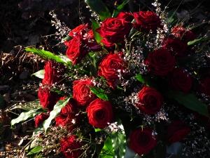 Bouquet_roter_Rosen_als_Grabschmuck